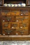 Farmacia degli Stemmi, già Alleanza Cooperativa Torinese N. 7, cassetti della scaffalatura, 2017 © Archivio Storico della Città di Torino