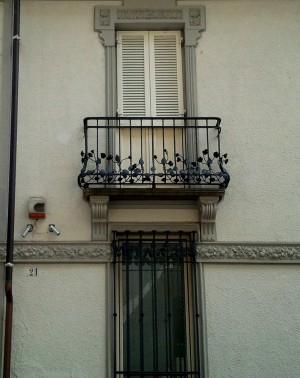 Via Vassalli Eandi 21, finestre con ringhiera o inferriata. Fotografia di Paola Boccalatte, 2013. © MuseoTorino