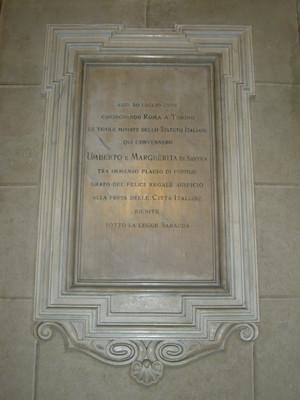 Lapide dedicata al cinquantenario dello Statuto Albertino e alla festa delle città italiane. Fotografia di Elena Francisetti, 2010. © MuseoTorino.