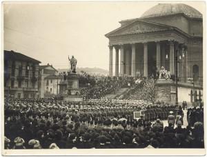 Chiesa della Gran Madre di Dio con parata militare. © Archivio Storico della Città di Torino