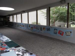 Centro civico circoscrizionale di corso Vercelli 15. Il mosaico sulla parete destra del corridoio di ingresso, decorato con fiori e frutti. Fotografia L&M, 2011.