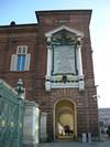 Fronte della loggia Reale in Piazza Castello con la lapide dedicata a Vittorio Emanuele II. Fotografia di Elena Francisetti, 2010. © MuseoTorino.