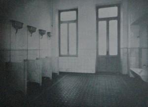 Il locale dei gabinetti dopo la ristrutturazione degli anni Trenta. Immagine tratta dal volume I cento anni di vita della Società Degli Asili Infantili di Torino, Tipografia V. Bona, Torino, 1938, p. 101