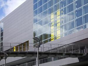 Dettaglio di facciata di uno degli edifici del Parco Commerciale Dora, sull'area Michelin Sud. Fotografia del Comitato Parco Dora, 2006.
