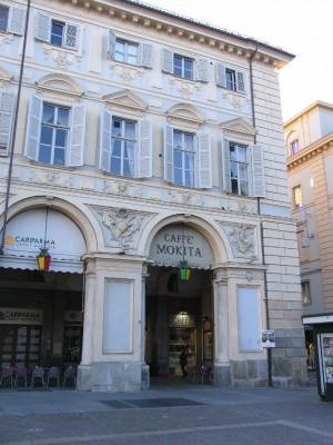 Piazza San Carlo. Due palle di cannone murate nella fronte est della piazza presso via Giolitti. Fotografia di Fabrizio Zannoni, 2010