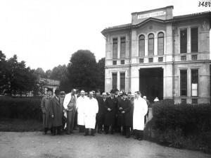 Cerimonia di fronte al Padiglione Cottolengo in un'immagine di fine anni '30. Archivio Storico Relazioni Esterne ASL TO1.