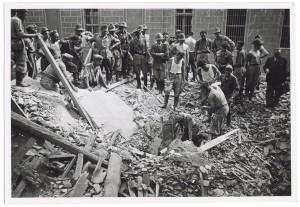 Via Rodolfo Montevecchio angolo Via Andrea Massena, crollo di edifici e azioni di soccorso. Effetti prodotti dai bombardamenti dell'incursione aerea del 24 luglio 1944. UPA 4712_9F01-19. © Archivio Storico della Città di Torino