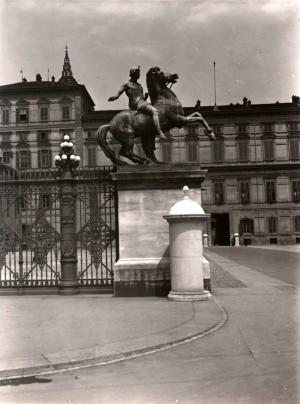 Cancellata di Piazzetta Reale. Dioscuro Castore. Fotografia di Mario Gabinio, 1932 ca. © Fondazione Torino Musei - Archivio fotografico.