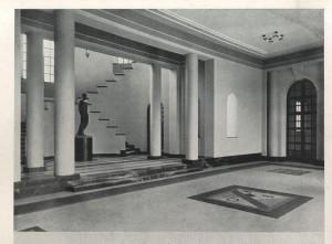 L'atrio d'ingresso dell'ex Casa centrale del Balilla, ora SUISM con la scultura di Gaetano Orsolini (da «Torino», n. 6, giugno 1929).