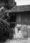 Dettaglio di una parte del rustico della cascina Juva. Fotografia di Modesto Vigo, 1977.