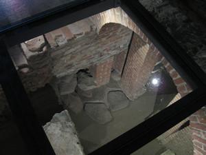 Il tratto di basolato rinvenuto sotto il fornice settentrionale nella sua sistemazione attuale, © Soprintendenza per i Beni Archeologici del Piemonte e del Museo Antichità Egizie.