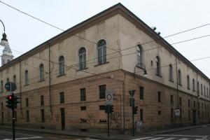 Lo spigolo dell'ex caserma Podgora presso l'incrocio delle vie Giolitti e dell'Accademia Albertina. Fotografia di Enrico Lusso, 2011.