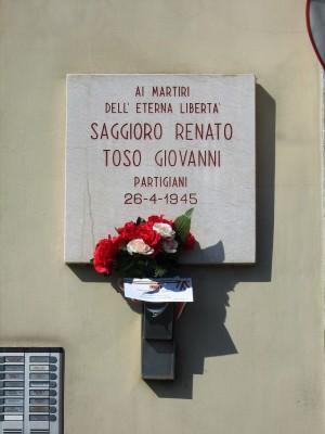 Lapide dedicata a Giovanni Toso, Renato Saggioro, in via Veronese 144. Fotografia di Alessandro Vivanti, 2018