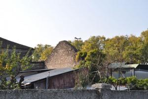 Particolare del muro perimetrale nord della cascina Barolo. Fotografia di Ilenia Zappavigna, 2012.