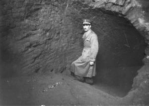 Il Cap. Guido Amoretti sulla scala poco dopo la conclusione degli scavi degli anni 1958-1959. © Archivio Amoretti