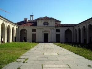 Facciata della cappella e cortile interno del cimitero. Fotografia di Silvia Bertelli.