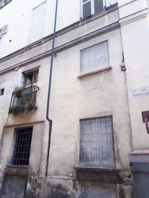 Finestre a trompe l'oeil in via Santa Croce angolo piazza Carlo Emanuele II