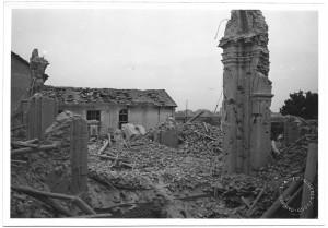 Via Passo Buole 74, Parrocchia del Lingotto. Effetti prodotti dai bombardamenti dell'incursione aerea del 4 giugno 1944. UPA 4617_9F01-02. © Archivio Storico della Città di Torino/Archivio Storico Vigili del Fuoco