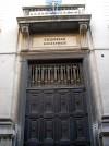"""Il monumentale portone d'ingresso al """"Tribunale Civile e Penale"""". Fotografia di Silvia Bertelli."""