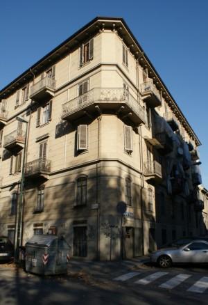 La casa di corso Novara 19 angolo via Favria. Fotografia di Giuseppe Beraudo, 2010.
