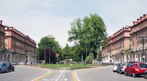Piazza Statuto con parcheggi e pista ciclabile. Fotografia di Francesca Talamini, 2015
