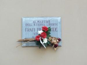 Lapide in memoria di Pier Davide Frati in corso Francia 203 B. Fotografia di Paola Boccalatte, 2013. © MuseoTorino