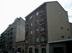 Edificio ad uso abitativo e commerciale in via Aosta 21