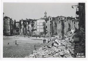 Piazza Cesare Augusto (Porta Palatina), Porta Principalis Dextera Torri Palatine. Effetti prodotti dai bombardamenti dell'incursione aerea del 13 luglio 1943. UPA 3602_9D06-48. © Archivio Storico della Città di Torino/Archivio Storico Vigili del Fuoco