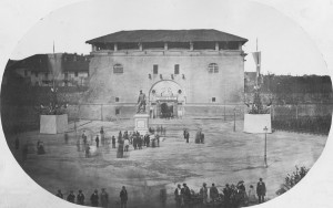 I fabbricati interni della Cittadella alle spalle del Maschio in una foto databile agli anni fra il 1864 e il 1877