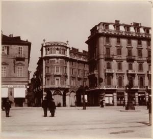 Piazza Solferino, vista da sud. Fotografia di Mario Gabinio, 1900 ca. © Fondazione Torino Musei - Archivio fotografico.