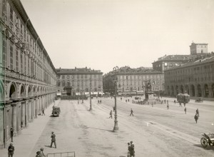 Piazza San Carlo, vista generale da sud-ovest. Fotografia di Mario Gabinio, 1925. Fondazione Torino Musei, Archivio Fotografico, Fondo Mario Gabinio. © Fondazione Torino Musei