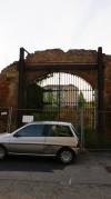 Visione frontale di uno dei portali conservati della cascina Grangia. Fotografia di Edoardo Vigo, 2012.