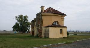 Prospetto occidentale della cascina/cappella Tarino. Fotografia di Edoardo Vigo, 2012.