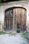 Portone di ingresso della cascina Nobella. Fotografia di Edoardo Vigo, 2012.