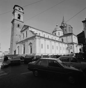 Piazza San Giovanni con parcheggio, Duomo, anni Novanta © Archivio Storico della Città di Torino (NAF 14_8D01)