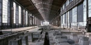 L'interno dei capannoni dei laminatoi prima della demolizione. Fotografia Filippo Gallino per la Città di Torino, marzo 2000.