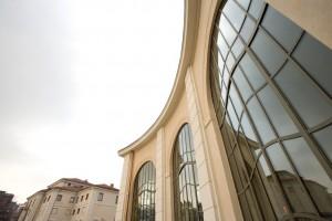 Infilata dell'orangerie e di villa Amoretti, sede dell'omonima biblioteca civica. Fotografia di Roberto Goffi, 2006.