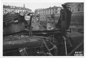 Piazza Carlo Felice, stazione di Porta Nuova. Effetti prodotti dai bombardamenti dell'incursione aerea dell'8 agosto 1943. UPA 3812_9E02-23. © Archivio Storico della Città di Torino/Archivio Storico Vigili del Fuoco