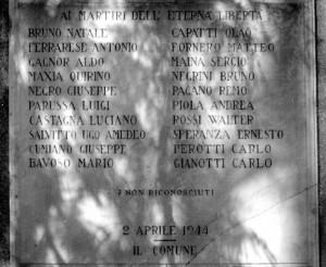 La prima targa collocata dal Comune, oggi inserita dietro l'attuale monumento. Immagine tratta da Nicola Adduci, Pian del Lot 2 aprile 1944. Storia e memoria di una strage, p. 49