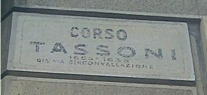 Iscrizione di corso Tassoni, già via Circonvallazione, situata in Corso Tassoni angolo via Nicola Fabrizi. Fotografia di Carlo Pigato, 2010