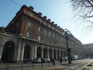 Edificio di civile abitazione e negozi in piazza Statuto 10
