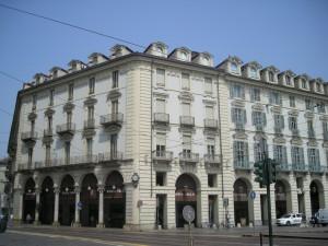 Edificio ad uso abitazione e negozi in piazza Castello 139