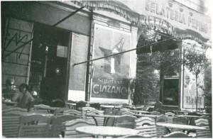La sede della gelateria Pepino in corso Vittorio Emanuele, di fianco al Caffè Piemonte, Fotografia di Leonardo Cornacchia, 1931 (riproduzione da libro: Torino Anni '30 nelle fotografie di Leonardo Cornacchia, 1982, fig. 32)