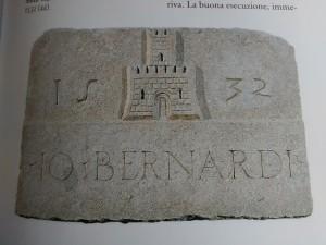 Lapide con stemma di Giovanni Bernardi della casa di via Porta Palatina