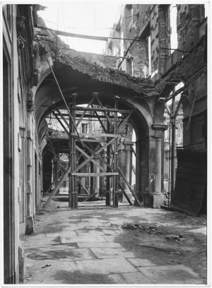 Piazza San Carlo, portici. Settembre 1944. Danni prodotti dai bombardamenti. UPA 9F01-36. © Archivio Storico della Città di Torino