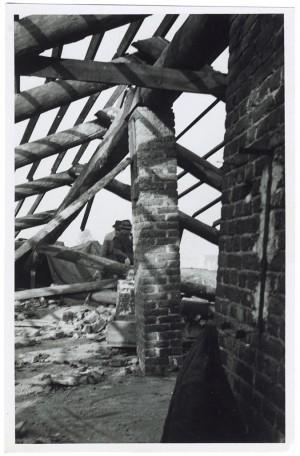 s.l. Tetto di edificio. Effetti prodotti dai bombardamenti dell'8-9 novembre 1940. UPA 0609D_9A01-19. © Archivio Storico della Città di Torino