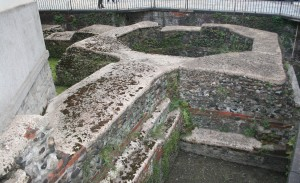Le fondazioni della torre di spigolo delle mura romane in Via della Consolata angolo Via Carlo Ignazio Giulio. Fotografia di Enrico Lusso, 2010