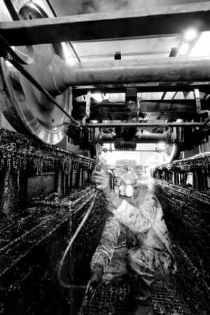 OGR. Lavorazione delle Sale Montate e dei Carrelli: verniciatura del carrello, anni '80-'90. Fotografia Pier Paolo Viola. © Museo Ferroviario Piemontese per MuseoTorino