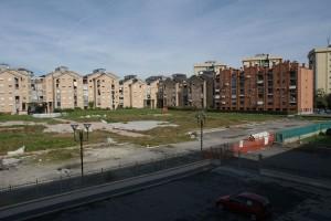 Lo spazio interno destinato a giardino pubblico. Sullo sfondo gli edifici residenziali realizzati nell'area. Fotografia di Giuseppe Beraudo, 2009
