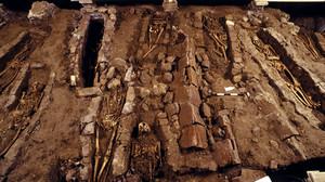 Cimitero medievale della cattedrale durante gli scavi sotto la scalinata del Duomo. © Soprintendenza per i Beni Archeologici del Piemonte e del Museo Antichità Egizie